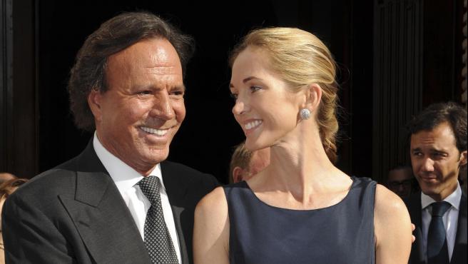 El cantante Julio Iglesias y su esposa, la exmodelo Miranda Rijnsburger, acuden a un evento en Marbella.