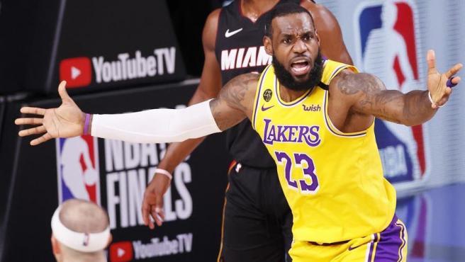 LeBron James, en el cuarto partido de las Finales NBA.