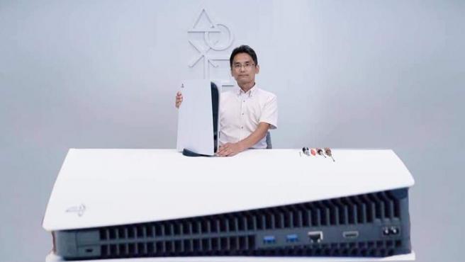Meme de la PS5 con Yasuhiro Ootori, del departamento de diseño de Sony.