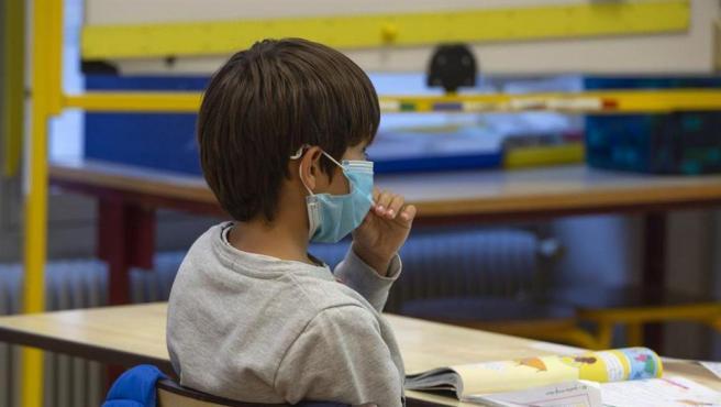 Imagen de archivo de un niño con mascarilla en clase.