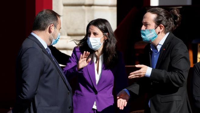 Pablo Iglesias, conversa con los ministros Irene Montero y José Luis Ábalos, antes del comienzo del desfile con motivo del Día de la Fiesta Nacional.