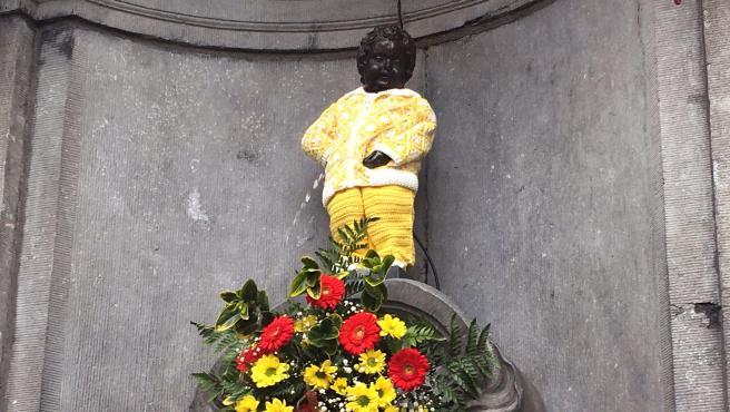 El Manneken Pis, vestido con un traje elaborado en el Hospital 12 de Octubre de Madrid en homenaje a los sanitarios.