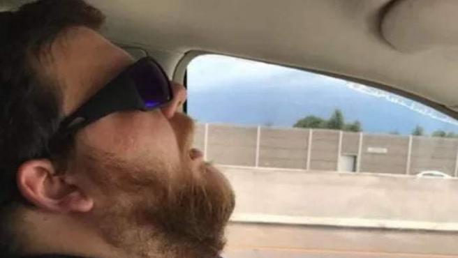Le hace una foto a su marido dormido en el coche para que le 'photoshopeen' cosas en la ventana.
