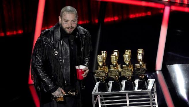 El cantante Post Malone con los premios Billboard 2020.