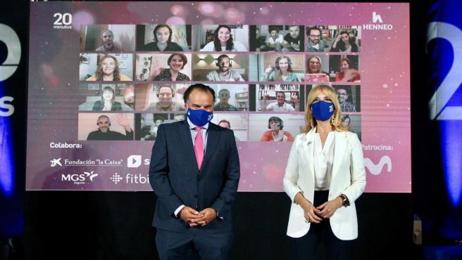 Fernando de Yarza, presidente de Henneo, y Encarna Samitier, directora de 20minutos, posan con los ganadores de los Premios 20Blogs.