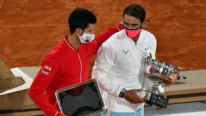 Novak Djokovic y Rafa Nadal tras la final de Roland Garros 2020
