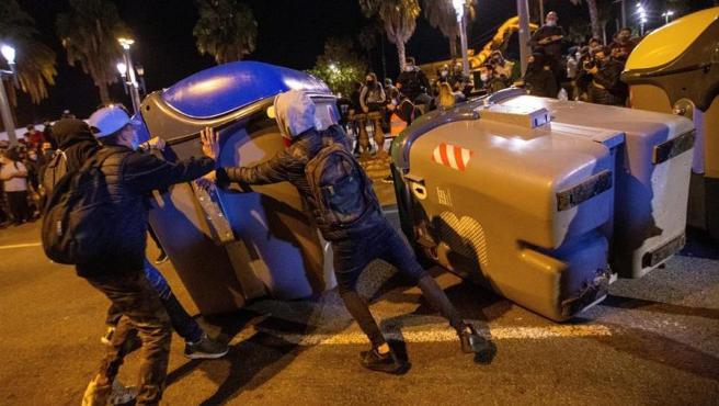 Manifestantes vuelcan contenedores en Barcelona durante las concentraciones convocadas por los CDR en el aniversario de las condenas de prisión a los principales líderes del movimiento independentista.