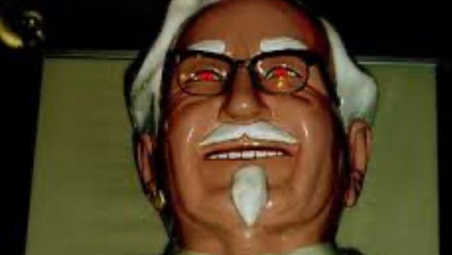 La siniestra figura del Coronel Sanders, fundador de KFC e imagen de la marca.