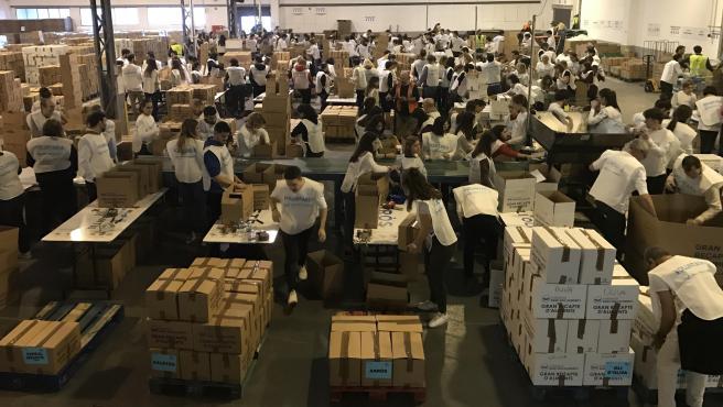 Voluntarios colaboran en la recogida y distribución de alimentos del Gran Recapte de Catalunya, en la campaña del 2018.