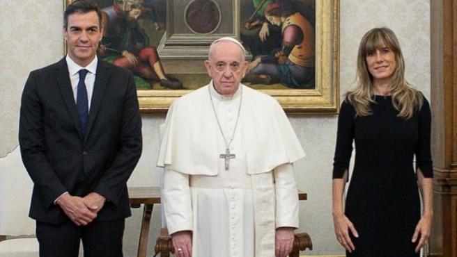 Pedro Sánchez, el papa Francisco y Begoña Gómez durante el encuentro de los dos mandatarios.