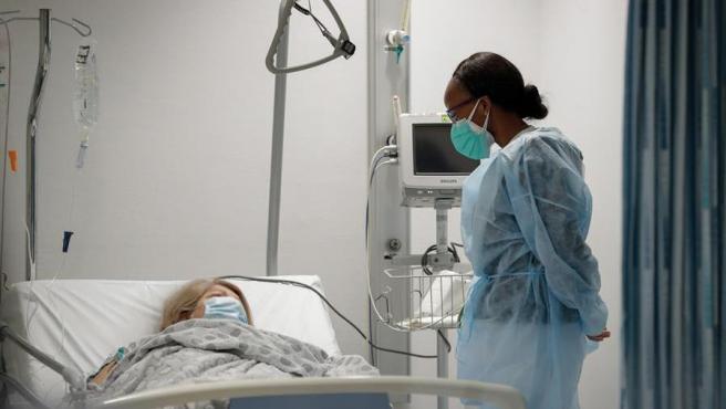 Una médico atiende a un paciente de COVID-19 en un hospital de Bruselas, Bélgica.