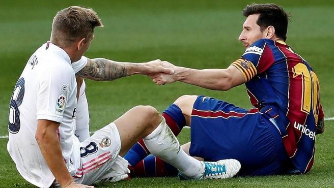 Kroos y Messi se ayudan a levantarse mutuamente durante el Clásico.