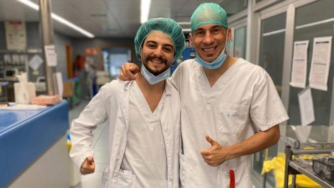 El estudiante Idir Boulanouar, a la izquierda, posa con un profesional sanitario durante la primera ola de la pandemia, en el Hospital Santa Tecla de Tarragona.