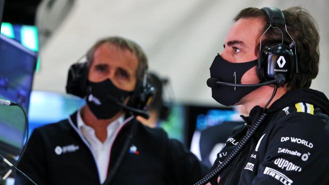 Fernando Alonso, con Alain Prost de fondo, en el GP de Emilia Romaña