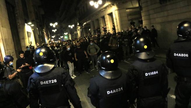 Un cordón de Mossos d'Esquadra delante de los concentrados en Barcelona contra las restricciones para la Covid-19, este viernes.
