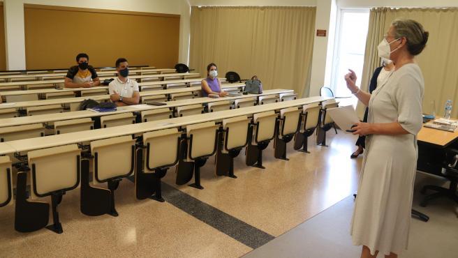 Una maestra da clase con mascarilla en la Faculdad de Ciencias Económicas de la Universitat de Girona (UdG).