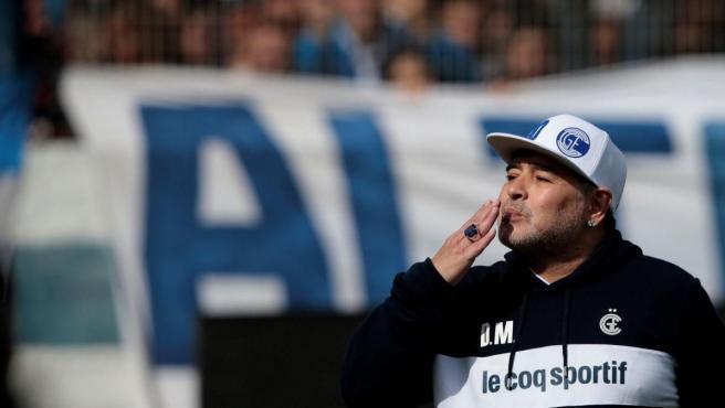 Diego Armando Maradona continuará ingresado en el hospital para someterse a un