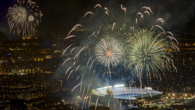 Fuegos artificiales iluminan el Camp Nou en el piromusical de la Mercè 2020, descentralizado por la pandemia del coronavirus, el 27 de septiembre de 2020.