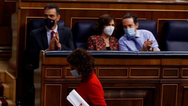 El presidente del Gobierno, Pedro Sánchez, y los vicepresidentes primera, Carmen Calvo y segundo, Pablo Iglesias.