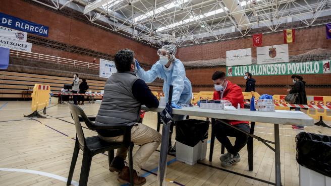 Una sanitaria realiza un test de antígenos para detección del coronavirus en Pozuelo de Alarcón (Madrid).