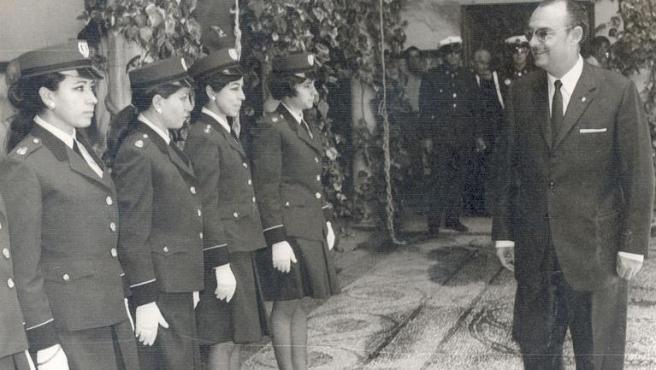El alcalde Guzmán Reina entrega las credenciales a las nuevas y primeras agentes femeninas de la Policía Local de Córdoba tras el acto de posesión, en mayo de 1970.