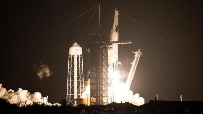 Momento del despegue del cohete Falcon 9, con la cápsula Dragon, rumbo a la Estación Espacial Internacional.