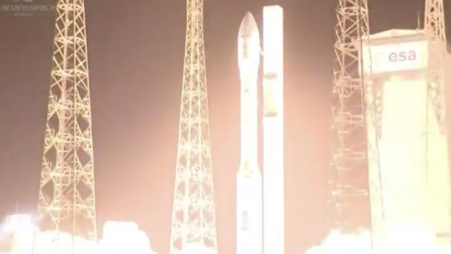 Momento del despegue del cohete Vega que transporta el satélite español Ingenio y el francés Taranis, en el puerto espacial de Kurú, en la Guayana Francesa.