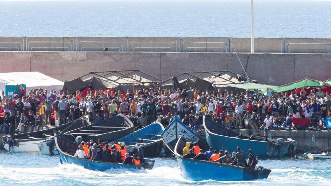 La Guardia Civil intercepta dos pateras y las conduce al campamento de Cruz Roja en el muelle de Arguineguín, Gran Canaria.