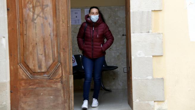 La madre del bebé fallecido, saliendo de los juzgados de Cervera (Lleida) para declarar, el 12 de noviembre de 2020.