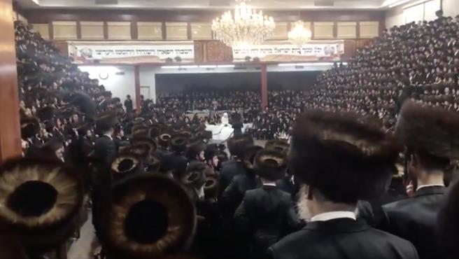 Un momento de la multitudinaria boda celebrada en la comunidad ultraortodoxa judía de Nueva York.