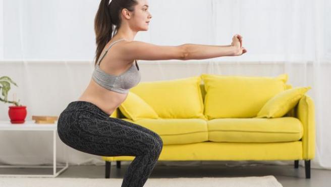 Las sentadillas sin peso son una buena forma de activar toda la musculatura.