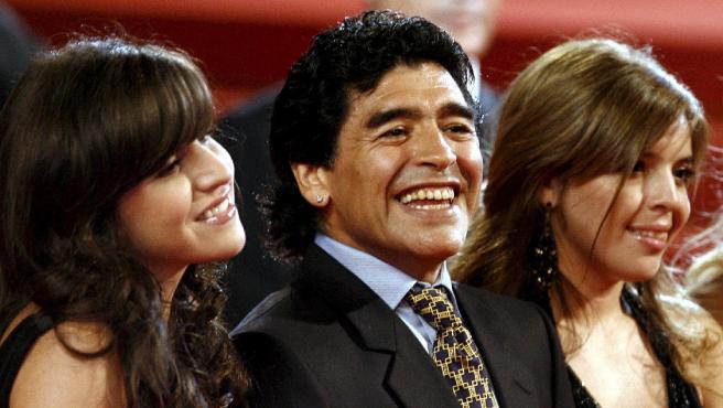 Diego Maradona y sus hijas Giannina (izquierda) y Dalma (derecha).