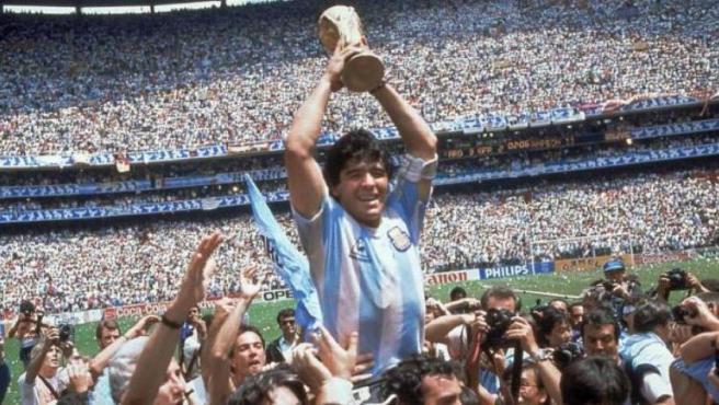 Maradona sostiene la copa del Mundial de México'86.