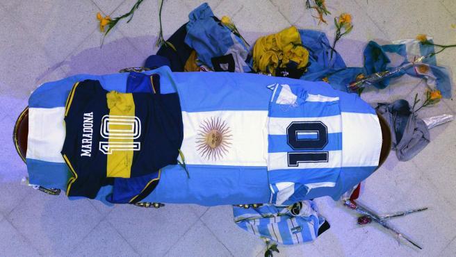 Imagen del féretro de Maradona, cubierto por la bandera argentina y camisetas de la Albiceleste y el Boca Junior, en la capilla ardiente de la Casa Rosada, Buenos Aires (Argentina).