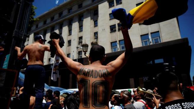 Hinchas en los alrededores de la Casa Rosada para el velatorio de Maradona.