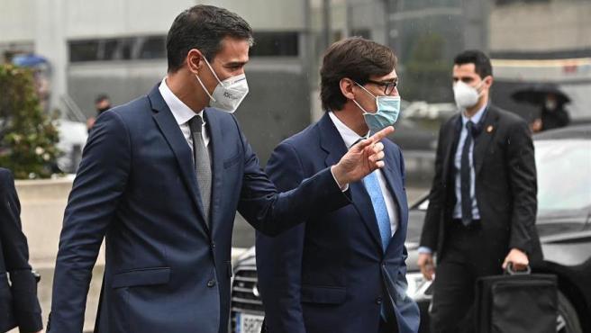 El presidente del Gobierno, Pedro Sánchez, y el ministro de Sanidad, Salvador Illa, han sido recibido a su llegada al Hospital La Paz con gritos de 'fuera', abucheos y el ruido de alguna cacerola, por parte de un grupo de unas treinta personas que le esperaban a las afueras del centro hospitalario.