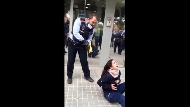 Captura del vídeo de la actuación policial contra la joven en Sabadell.