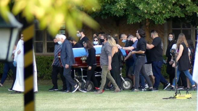 Familiares acompañan el féretro con los restos de Diego Armando Maradona.