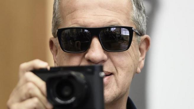 El fotógrafo Helmut Newton, cámara en mano.