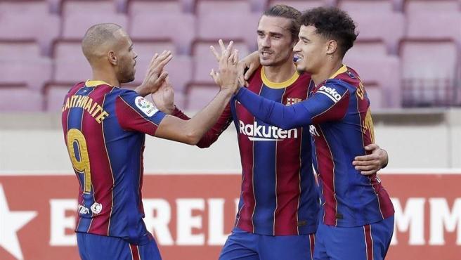 Coutinho, Griezmann y Braithwaite celebran un gol.