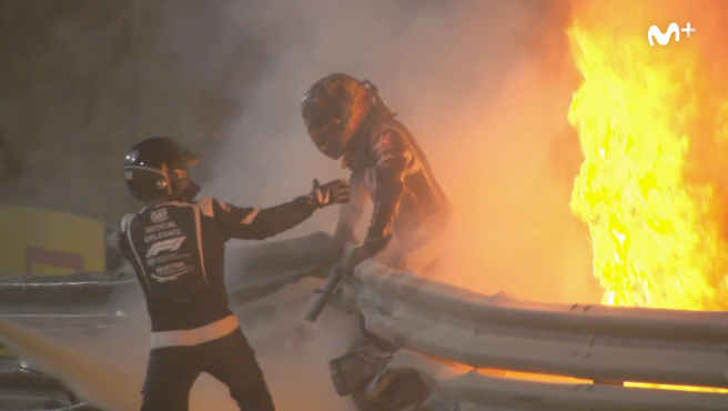 Grosjean, saliendo del coche ardiendo tras su accidente.