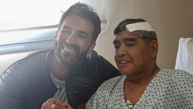 Maradona, junto a su médico, en una de las últimas fotos del astro argentino.