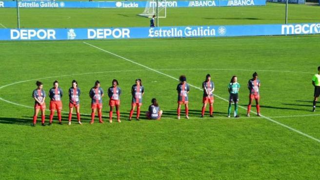 Paula Dapena, durante el minuto de silencio a Maradona, sentada en el suelo.