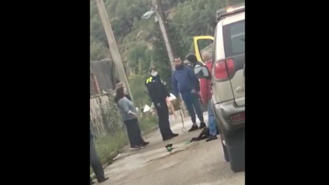 Captura del vídeo en el que se ve al perro reducido en una calle de Mediona (Barcelona).