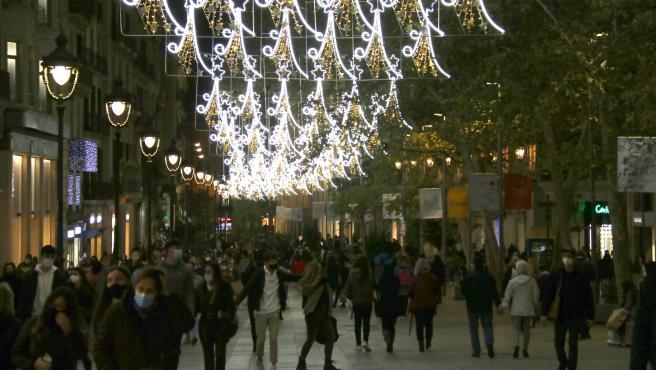 El Portal de l'Àngel de Barcelona, con las luces de Navidad encendidas, el pasado jueves 26 de noviembre de 2020.