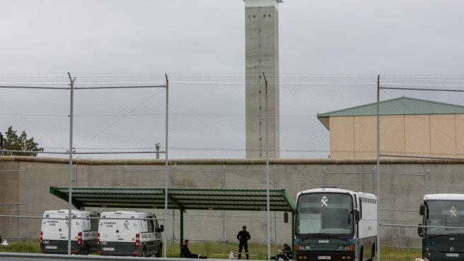 Furgones de la Guardia Civil aparcados en la Prisión de Soto del Real.