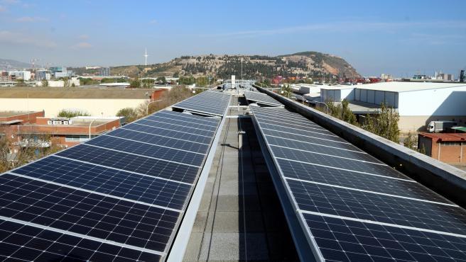 Placas fotovoltaicas instaladas en el tejado de la estación de metro de la Zona Franca de Barcelona.