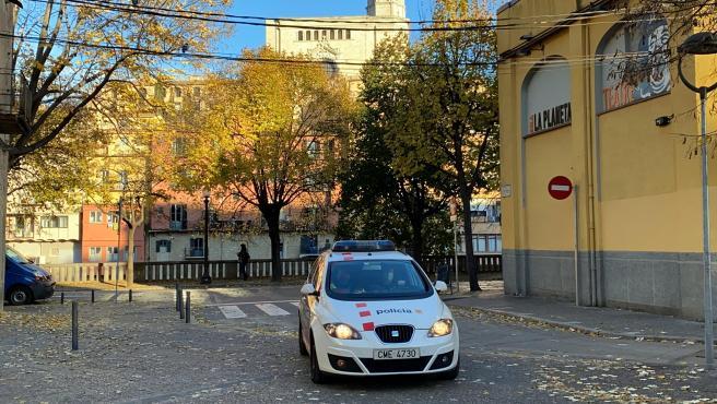Uno de los vehículos de Mossos que este miércoles ha trasladado a los detenidos por el crimen de la enfermera a los Juzgados de Girona.