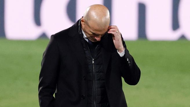 Zinedine Zidane, cabizbajo en Kiev ante el Shakhtar.