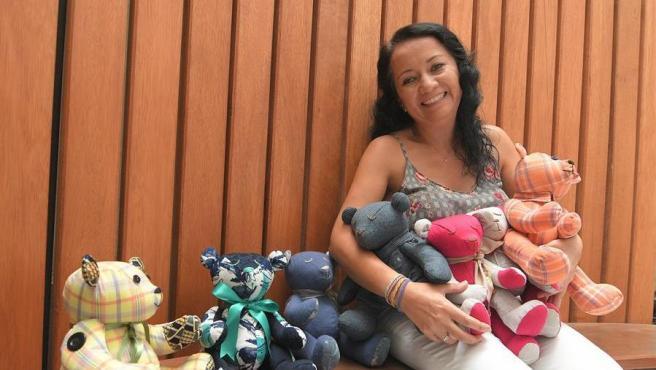 Ibbelisse Molina con los osos de peluche hechos con ropa de difuntos